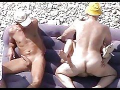 Vadia madura na praia